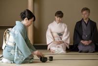 お茶を点てる日本人女性と外国人カップル