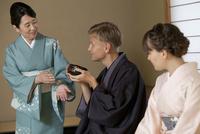 茶道を体験する外国人カップル
