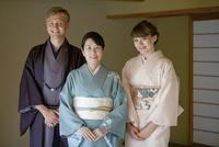 着物姿の日本人女性と外国人カップル