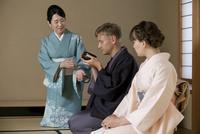茶道を体験する外国人カップル 07900005651| 写真素材・ストックフォト・画像・イラスト素材|アマナイメージズ