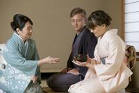 茶道を体験する外国人カップル 07900005652| 写真素材・ストックフォト・画像・イラスト素材|アマナイメージズ