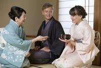 茶道を体験する外国人カップル 07900005653| 写真素材・ストックフォト・画像・イラスト素材|アマナイメージズ