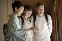 外国人観光客を案内する日本人女性 07900005656| 写真素材・ストックフォト・画像・イラスト素材|アマナイメージズ