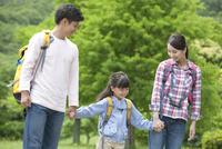 ハイキングをする3人家族