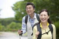 ハイキングをする中高年夫婦