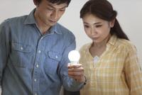 電球を持つカップル
