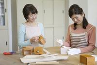DIYをする中高年女性2人