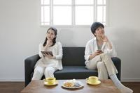 考え事をするカップル 07900006034| 写真素材・ストックフォト・画像・イラスト素材|アマナイメージズ