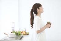 スムージーを持つ女性 07900006114| 写真素材・ストックフォト・画像・イラスト素材|アマナイメージズ