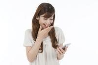 スマートフォンを見る中高年女性
