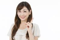 指を立てる中高年女性