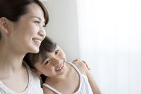 寄り添う笑顔の母娘 07900006191| 写真素材・ストックフォト・画像・イラスト素材|アマナイメージズ