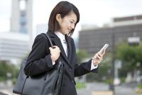 スマートフォンを見るビジネスウーマン