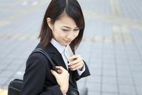 スマートフォンを持つビジネスウーマン