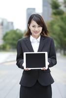 タブレットPCを持つビジネスウーマン 07900006236| 写真素材・ストックフォト・画像・イラスト素材|アマナイメージズ