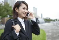 スマートフォンで話すビジネスウーマン