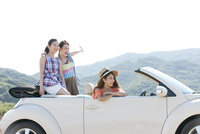 車ではしゃぐ女性3人