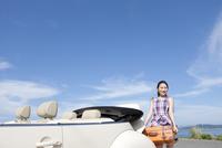 トランクから荷物を下ろす女性 07900006329| 写真素材・ストックフォト・画像・イラスト素材|アマナイメージズ