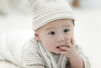 口に手をあてる赤ちゃん 07900006385| 写真素材・ストックフォト・画像・イラスト素材|アマナイメージズ