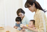 赤ちゃんにミルクを飲ませる母親 07900006400| 写真素材・ストックフォト・画像・イラスト素材|アマナイメージズ