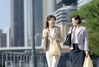 コンビニ袋を持つビジネスウーマン2人 07900006530| 写真素材・ストックフォト・画像・イラスト素材|アマナイメージズ