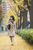 カバンを持って歩く女性 07900006588| 写真素材・ストックフォト・画像・イラスト素材|アマナイメージズ