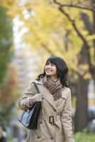 カバンを持って歩く女性 07900006591| 写真素材・ストックフォト・画像・イラスト素材|アマナイメージズ