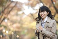 カバンを持って走る女性 07900006596| 写真素材・ストックフォト・画像・イラスト素材|アマナイメージズ