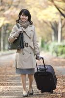 スーツケースを引く女性 07900006608| 写真素材・ストックフォト・画像・イラスト素材|アマナイメージズ