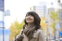 カバンを持った笑顔の女性 07900006622| 写真素材・ストックフォト・画像・イラスト素材|アマナイメージズ