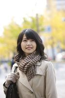 カバンを持った笑顔の女性 07900006625| 写真素材・ストックフォト・画像・イラスト素材|アマナイメージズ
