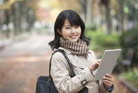 タブレットPCを持つ女性 07900006634| 写真素材・ストックフォト・画像・イラスト素材|アマナイメージズ