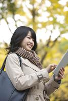 タブレットPCを操作する女性 07900006638| 写真素材・ストックフォト・画像・イラスト素材|アマナイメージズ