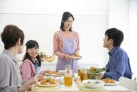 食事の準備をする家族 07900006648| 写真素材・ストックフォト・画像・イラスト素材|アマナイメージズ