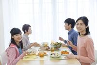 食事中の3世代家族 07900006657| 写真素材・ストックフォト・画像・イラスト素材|アマナイメージズ