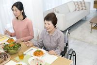 食事中の親子 07900006679| 写真素材・ストックフォト・画像・イラスト素材|アマナイメージズ
