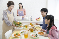 食事の準備をする家族 07900006701| 写真素材・ストックフォト・画像・イラスト素材|アマナイメージズ