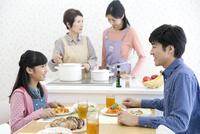 食卓で話をする親子