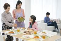 食事の準備をする家族