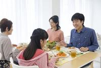食事中の3世代家族