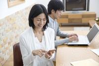 ダイニングテーブルでくつろぐ夫婦 07900006755  写真素材・ストックフォト・画像・イラスト素材 アマナイメージズ
