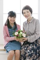 花束を持つ祖母と孫