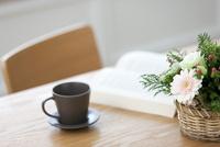 テーブルに置かれた花を本