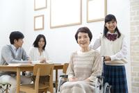 車椅子の祖母と家族