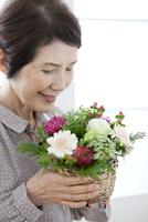 花束を持つシニア女性 07900006822| 写真素材・ストックフォト・画像・イラスト素材|アマナイメージズ