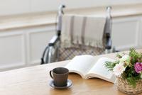 テーブルに置かれた本と車椅子