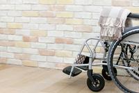 レンガ壁前の車椅子