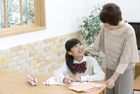祖母と勉強をする孫