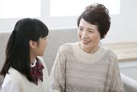 会話をする祖母と孫