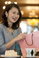 紙袋を持つ女性 07900006873| 写真素材・ストックフォト・画像・イラスト素材|アマナイメージズ